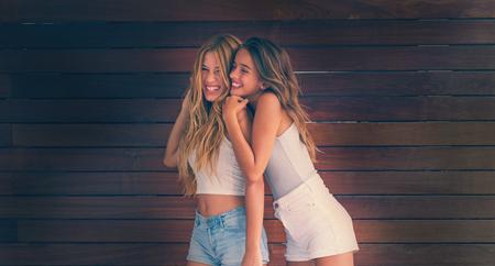 Mejores amigas adolescentes felices divirtiéndose juntos imagen filtrada