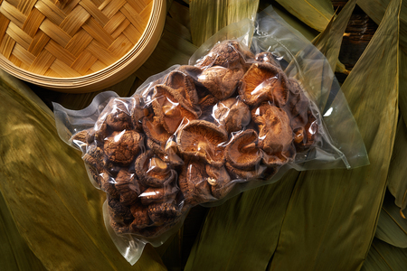 Dried Shiitake mushrooms in vacuum plastic blister for Asian cuisine food Banque d'images