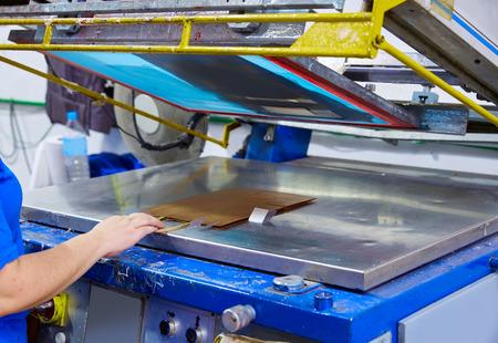 Zeefdrukzakken machine in drukkerij met vrouwelijke hand operator