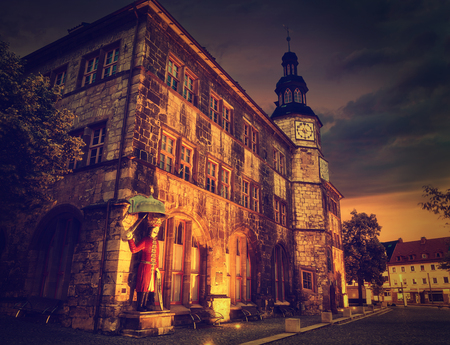 Stadt Nordhausen Rathaus sunset city hall with Roland figure in Thuringia Germany Standard-Bild - 105995990