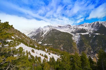 Montañas de Arinsal en Andorra Pirineos día soleado