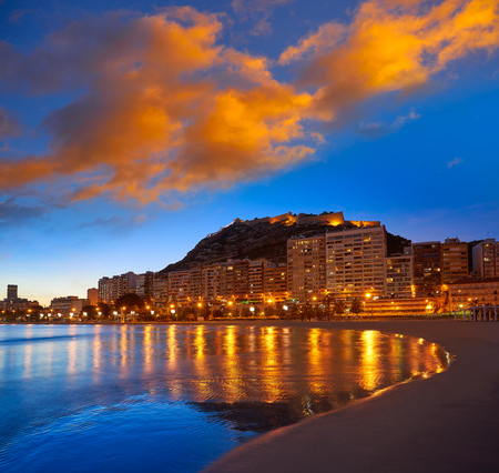 Alicante skyline at sunset from Postiguet beach in spain Фото со стока - 115794480