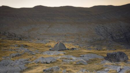 A tent in the valley ready for the adventure Zdjęcie Seryjne