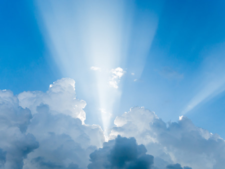 light rays: Light rays shine through clouds Stockfoto