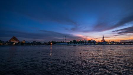 chao praya: Chao Praya river (Bangkok, Thailand) at Twilight with Wat Arun and Wat Kalayanamitr in the background.