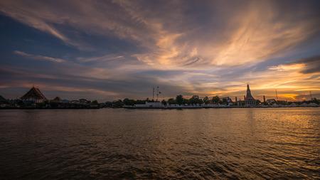 praya: Chao Praya river (Bangkok, Thailand) at Twilight with Wat Arun and Wat Kalayanamitr in the background.