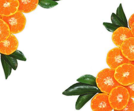 Orange Frucht auf den Blättern, auf weißem Hintergrund