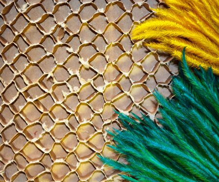 celulosa: Flor verde y oro sobre papel de celulosa marrón