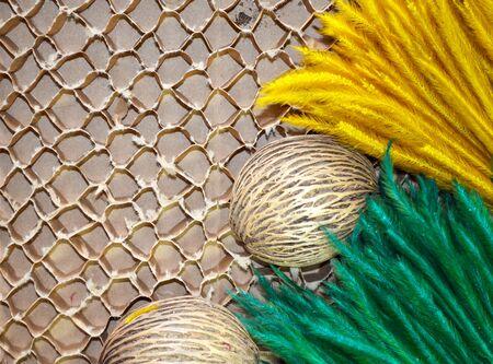 celulosa: Flor verde y oro sobre papel de celulosa marr�n