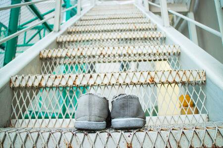 first step: Turnschuhe auf der Treppe. Macht ersten Schritt.