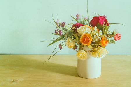 꽃병에 꽃의 아름다운 그룹과 정물
