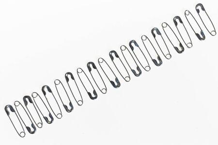 Aguja de metal o imperdible. en el fondo blanco.