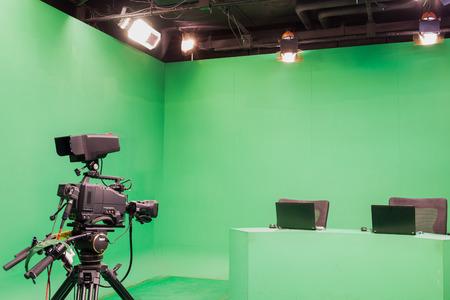 テレビ スタジオ カメラとライト - と三脚の上にカメラ