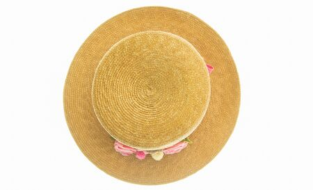 chapeau de paille: vannerie à base de plantes. vue de dessus sur blanc arrière-plan.