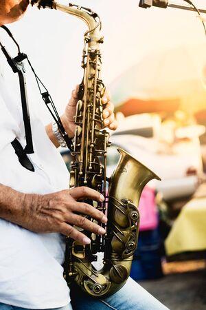 jazz musician playing the saxophone Standard-Bild