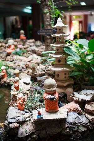 moine: Monk statues