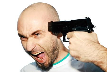 lanzamiento de bala: hombre con una pistola en su mano aislado en blanco