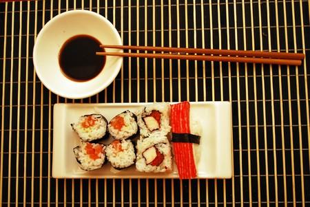 comida japonesa: El tradicional mariscos sushi y rollos del plato blanco.  Foto de archivo