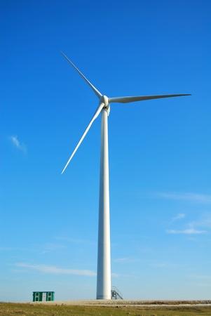 gathers: Mulino a vento in Romania raccoglie energia dalla brezza estiva. Archivio Fotografico