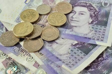 英国の通貨の硬貨およびノートが一緒に混合
