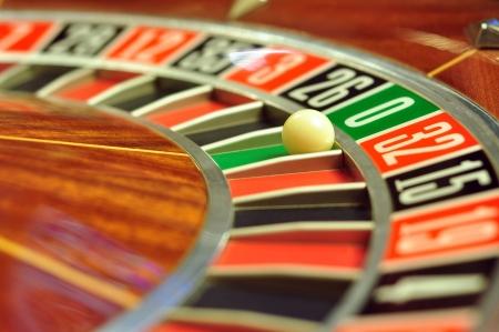 番号 0 のボールとカジノのルーレットのホイールをイメージ 写真素材
