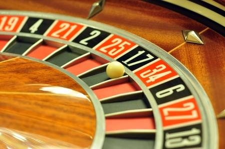 ruleta de casino: la imagen con una rueda de la ruleta del casino con el balón en el número 17
