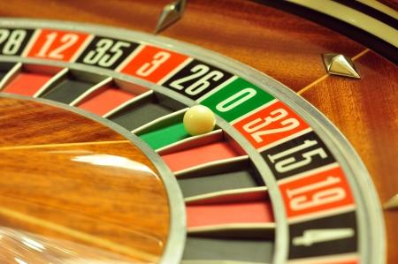 ruleta: la imagen con una rueda de la ruleta del casino con el balón en el número 0