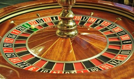 ruleta de casino: la imagen con una rueda de la ruleta del casino con el balón en el número 0