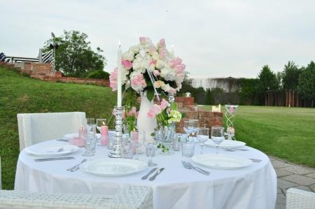 낭만적 인 야외 테이블의 이미지를 꽃으로 저녁 식사를 위해 준비 스톡 사진
