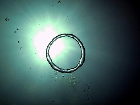 ダイバーの背景に良い水で空気のリングを作った 写真素材