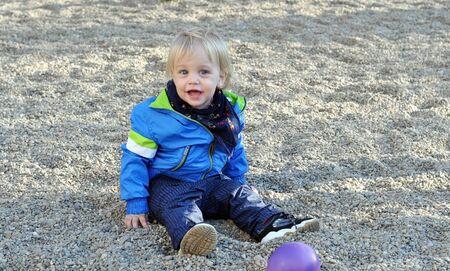 bionda occhi azzurri: di due anni biondo occhi azzurri bella bambina al parco giochi Archivio Fotografico