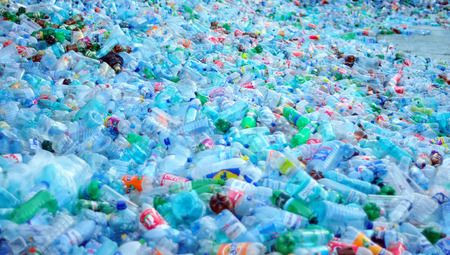 ごみ埋立処分場の準備ができてプラスチック ボトルの廃棄物の山
