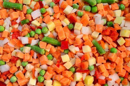 alimentos congelados: cubos de vegetales congelados se mezclan textura de fondo de alimentos Foto de archivo