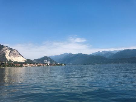 マッジョーレ湖イタリア山と waterborromee 諸島の風景 写真素材
