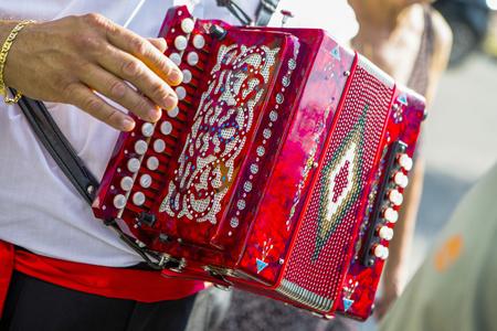 an accordion: hombre tocando el acorde�n