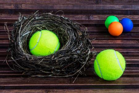 adentro y afuera: bolas coloful dentro y fuera del nido Foto de archivo