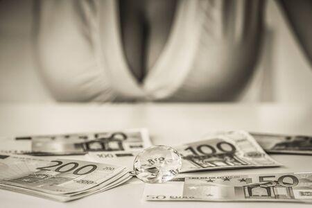 seni: ragazza con grandi seni e una scrivania con le banconote Archivio Fotografico