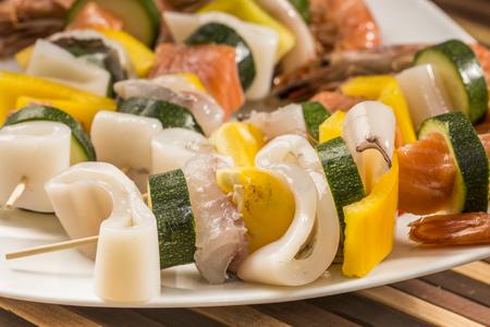 frescura: frescura y pescado crudo pinchos Foto de archivo