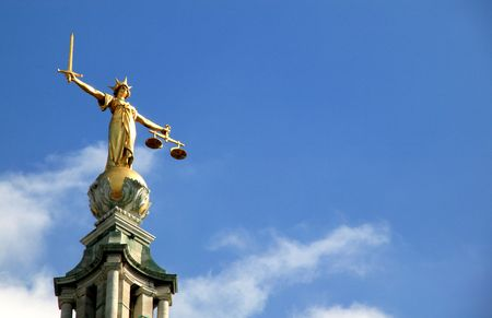 dama de la justicia: Balanza de la justicia (la Virgen de Justicia) por el Tribunal Penal Central cari�osamente conocido como el Old Bailey, que hasta 1902 fue la c�rcel de Newgate es el m�s alto tribunal para los casos penales en Inglaterra.