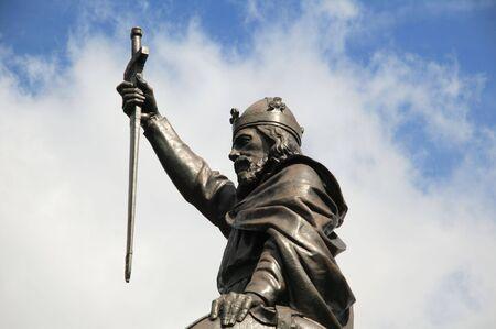 rey: Estatua de rey Alfredo el grande dise�ada por Hamo Thornycroft y erigido en 1899 se encuentra en el extremo oriental del Broadway en Inglaterra de Winchester Foto de archivo