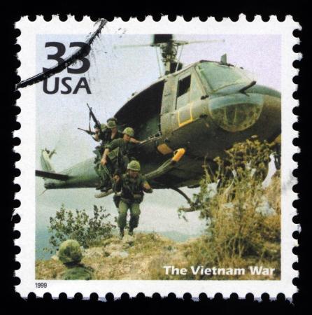 sello postal: Vintage sello postal de Estados Unidos que muestra una imagen de la guerra de Vietnam con Estados Unidos de los a�os 60 infantes de Marina de soldado entrar en batalla desde un helic�ptero Foto de archivo