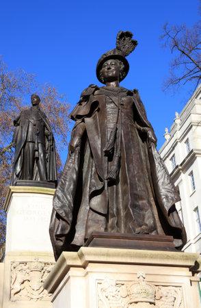 Londres, Reino Unido, el 9 de enero de 2011. Estatua de la reina Isabel en The Mall, flanqueado por la estatua de George VI memorial Foto de archivo - 9371594
