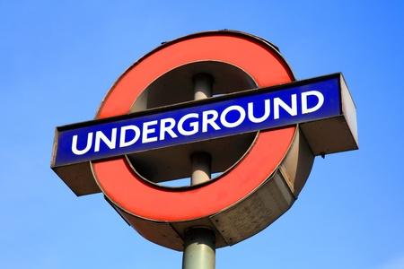 red tube: Londres, Reino Unido, el 11 de Mar de 2011: Cerca de un signo de metro en la estaci�n de la l�nea Bakerloo Kilburn Park Editorial