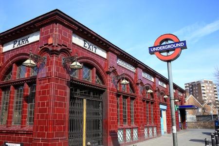 red tube: Londres, Reino Unido, 11 de Mar de 2011: la estaci�n de metro de Londres en la estaci�n de la l�nea Bakerloo no ocupada en el fin de semana Kilburn Park