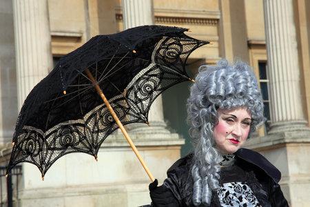 vestidos de epoca: Ejecutante de calle hembra de Londres, Inglaterra, el 12 de Mar de 2011: vestido en traje de per�odo georgiano posando para turistas fuera de la Galer�a Nacional en Trafalgar Square