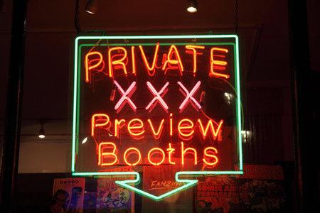 educacion sexual: Signo de ne�n de Londres, Inglaterra, el 23 de enero de 2011: de una tienda de adultos de sexo con licencia por la noche en un barrio rojo publicidad cabinas privadas de vista previa