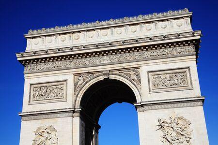 national landmark: L'Arc De Triomphe a Parigi in Francia, un punto di riferimento nazionale francese con un cielo limpido e azzurro