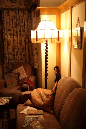 Old fashioned 1930s living room interior with a standard lamp illuminating the art deco interior  Sajtókép