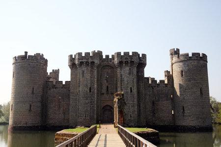 castillo medieval: Castillo de Bodiam cerca de Robertsbridge, East Sussex, Inglaterra, Reino Unido es un castillo del siglo XIV medieval