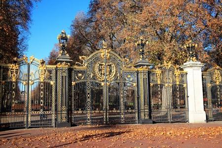 puertas de hierro: La Puerta de Canadá, una entrada al parque verde en el Palacio de Buckingham se presentó a Londres, por el Canadá como parte del esquema de monumento a la reina Victoria, que murió en 1901 y se pusieron en marcha en 1911 Foto de archivo